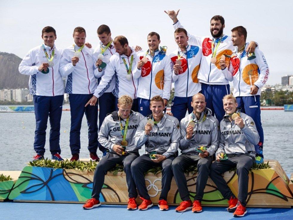 Český čtyřkajak (vpravo nahoře) nestačil ve finále olympijských her jen na vítězné Němce (dole) a druhé Slováky.
