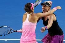 Šafářová se raduje společně s  Mattekovou-Sandsovou po posledním míčku finálového zápasu.