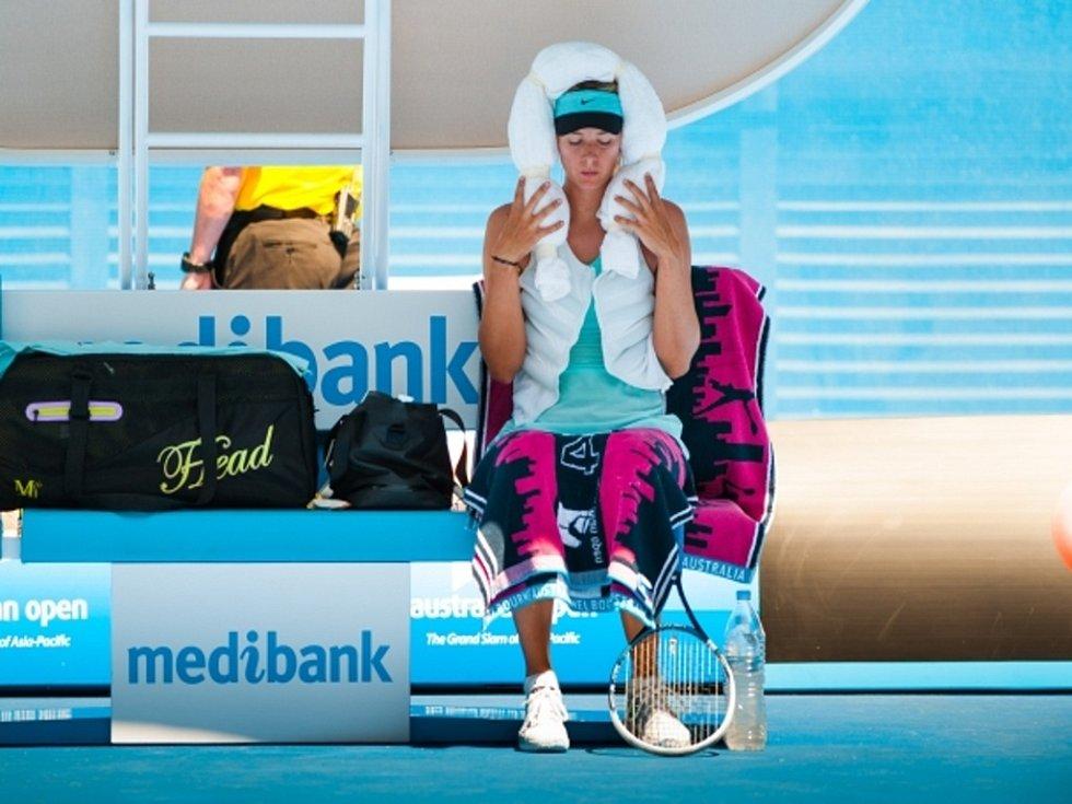 Maria Šarapovová se ve čtyřicetistupňových vedrech chladí ručníkem na hlavě.