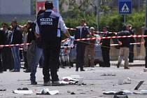 Výbuch nastražené bomby před střední dívčí odbornou školou v jihoitalském Brindisi připravil o život nejméně jednu studentku a několik dalších zranil.