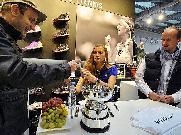 Tenistka Petra Kvitová uspořádala 9. listopadu v Praze tiskovou konferenci, na které ukázala poháry za vítězství českého týmu ve Fed Cupu.