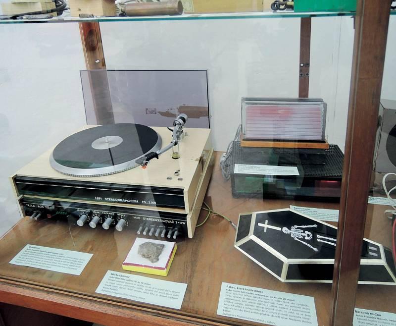 Exponáty Muzea kutilství vPolné představují nejen kutilský um rukodělný, ale ineskutečnou nápaditost. Nasnímku gramofon se zesilovačem arakev, která krade mince.