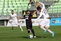 Fotbalisté Karviné (v bílém) proti Prostějovu.