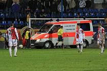 V duelu s Kladne přijela přímo na hrací plochu pro zraněného gólmana Slavie Denisse Romanovse sanitka.