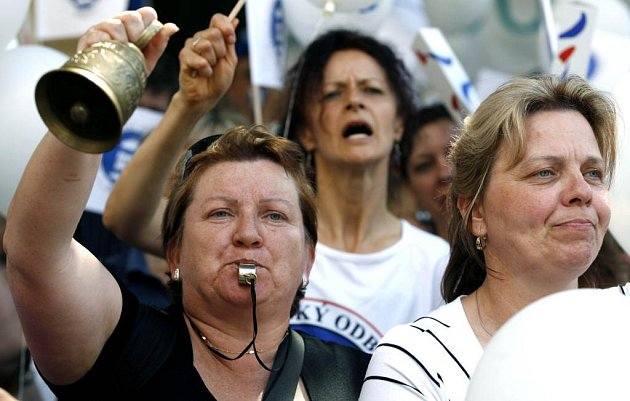 Přes čtyři tisíce pedagogů protestovalo před budovou Úřadu vlády v Praze.