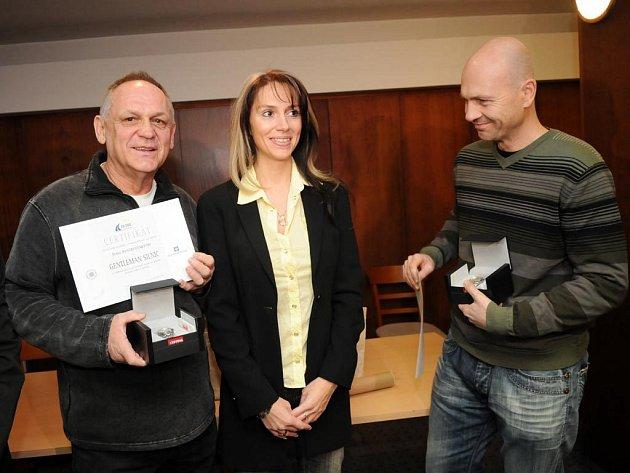 PODĚKOVÁNÍ. Romana Peterková předala v úterý osobní dary Petru Bystrianskému (vlevo) a Aleši Matogovi (druhý zleva), kteří jí v září letošního roku zachránili život.