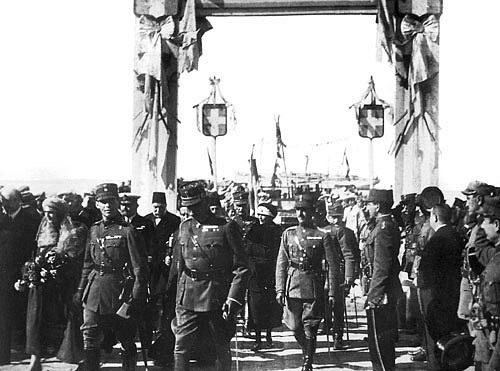 Řecké jednotky v čele s princem Jiřím II. vstupují do Smyrny, květen 1919