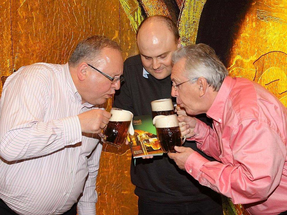 Při slavnostním křtu, manažer značky Pilsner Urquell Karel Kraus (vlevo), starší obchodní sládek Václav Berka a kmotr průvodce herec Jaromír Hanzlík.