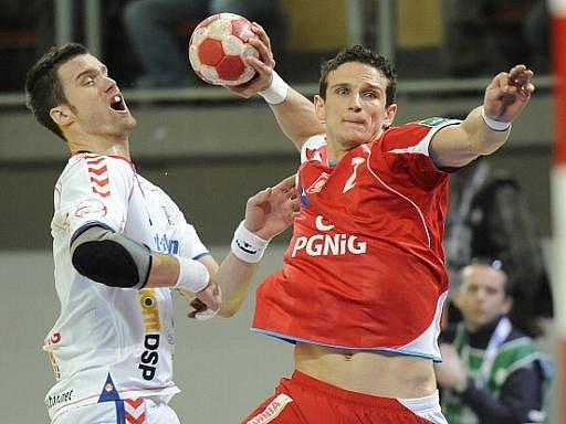 Polák Bartlomiej Jaszka (vpravo) skóruje na mistrovství Evropy přes českého reprezentanta Václava Vránu.