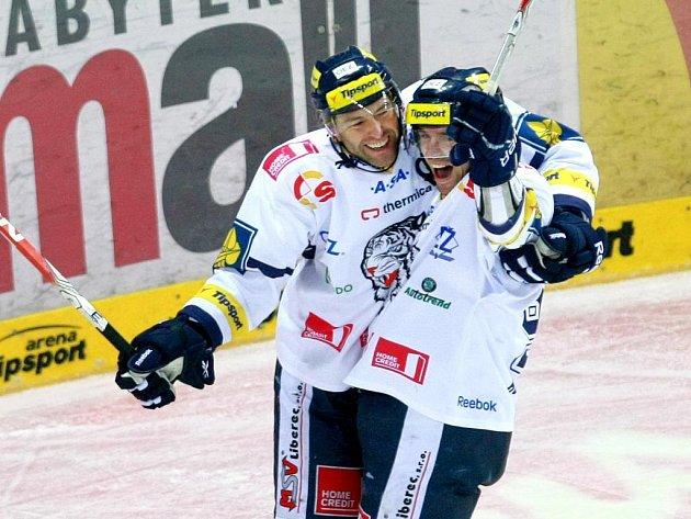 Hokejisté Liberce Petr Nedvěd (vlevo) a Jiří Hunkes se radují z gólu.