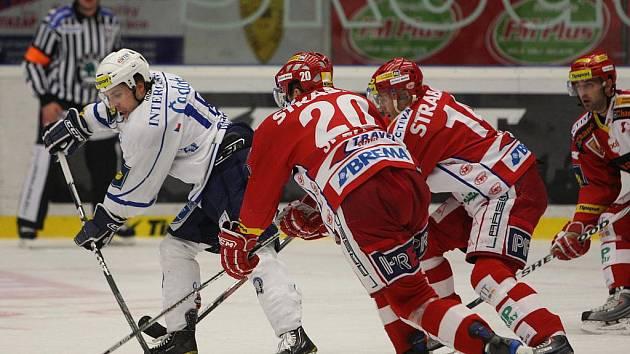 Hokejisté Slavie (v červeném) otočili duel s Plzní.