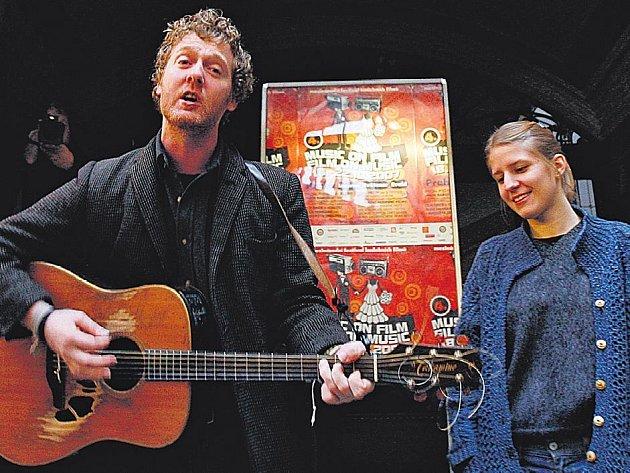 ZPÁTKY NA ULICI. V Praze si Glen Hansard připomněl dobu, kdy zpíval na ulici a čelil zlodějům i policii. V Irsku je totiž pouliční zpěvák považován za žebráka.