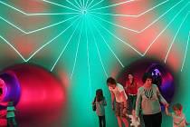 Na letišti v pražských Letňanech vyrostlo obří nafukovací luminárium, ve kterém mohou návštěvníci obdivovat zajímavou hru světel a barev.