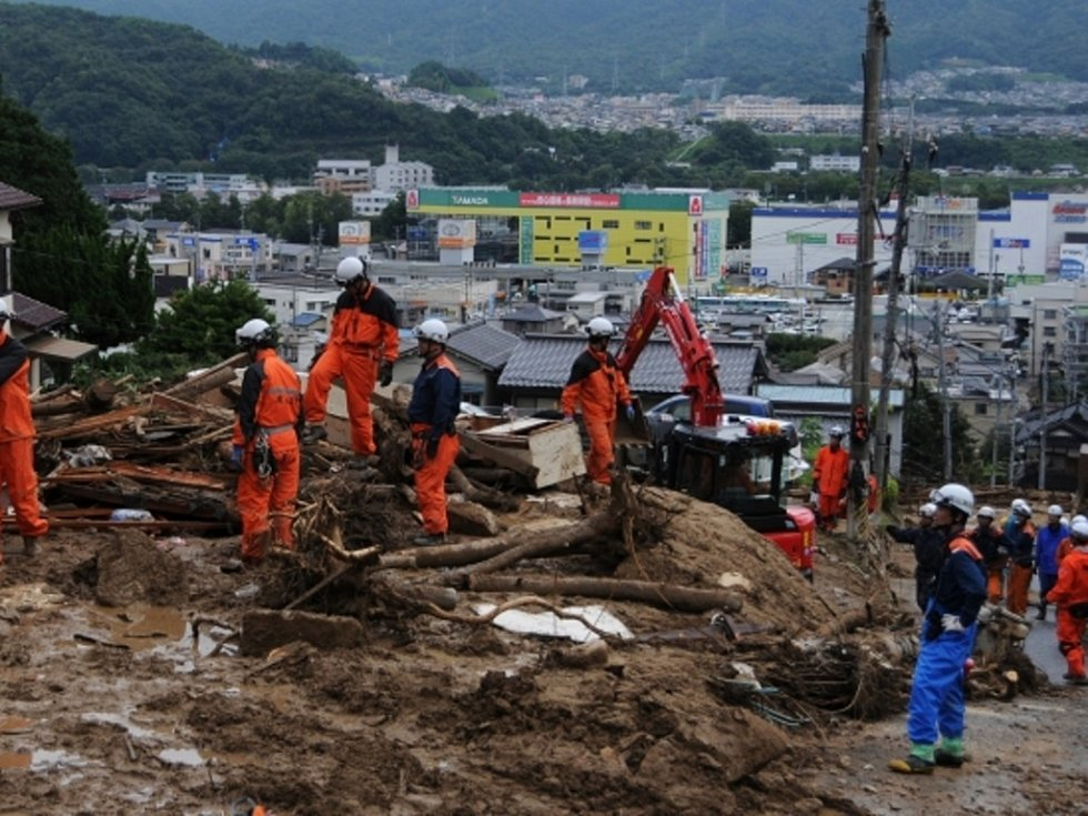 Prudký déšť maří záchranné práce v japonské prefektuře Hirošima, kde smrtící sesuv půdy zabil nejméně 40 lidí. Nadále se pohřešuje 47 osob a japonská média dnes uvedla, že pod sesuvy může být uvězněno ještě více lidí, kteří nejsou zatím pohřešováni.