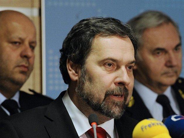 Ministr vnitra Radek John (uprostřed) vystoupil 14. února v Praze na tiskové konferenci k platům policistů a hasičů. Na snímku (vlevo) policejní prezident Petr Lessy a generální ředitel Hasičského záchranného sboru Miroslav Štěpán (vpravo).