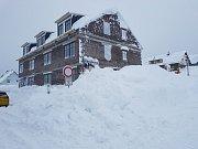 Sněhem zapadaný Boží Dar v Krušných horách.