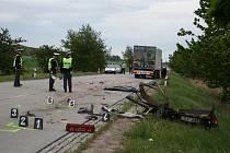 Dva muži z Hodonína srazil u Staroviček na Břeclavsku kamion, oba jsou mrtví.