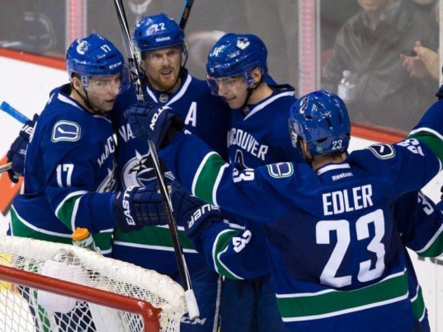 Hokejisté Vancouveru (zleva) Radim Vrbata, Daniel Sedin, Alex Burrows a Alexander Edler se radují z gólu proti Arizoně.