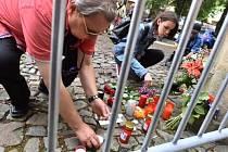 Lidé nosili 15. července před francouzskou ambasádu v Praze květiny a zapalovali svíčky k uctění obětí teroristického útoku v Nice.