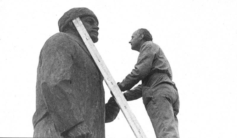 Odstranění sochy V. I. Lenina ze Senovážného náměstí v Českých Budějovicích