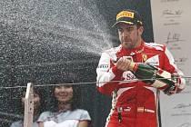 Fernando Alonso oslavuje triumf ve Velké ceně Číny.