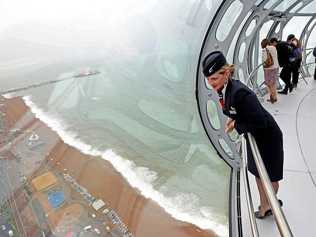 162 metrů vysoká věž British Airways i360 na pobřeží jihoanglického letoviska Brighton.