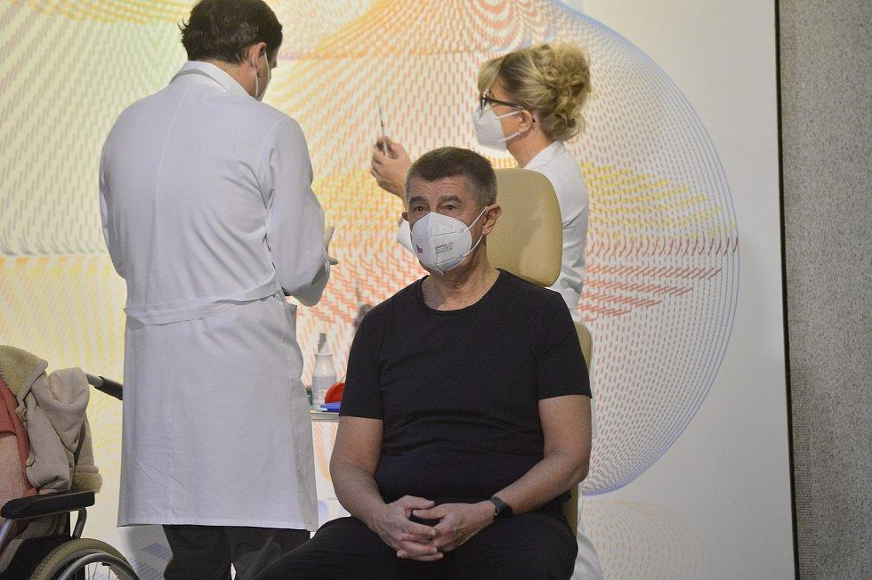 Premiér Andrej Babiš se nechal 27. prosince 2020 v Ústřední vojenské nemocnici v Praze očkovat proti nemoci covid-19.