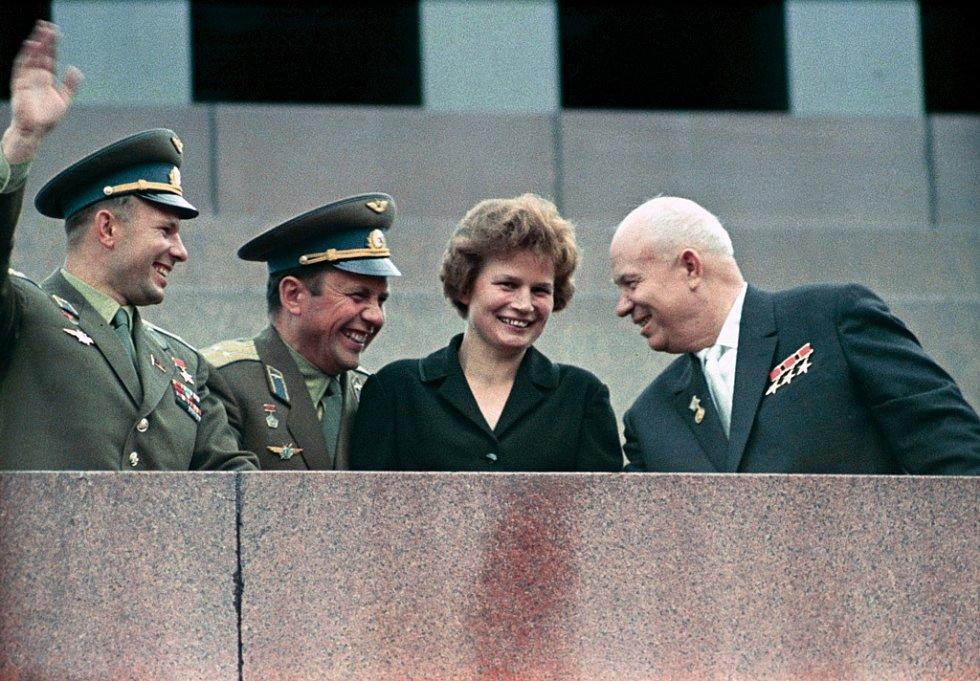 Valentina Tereškovová ve společnosti významných mužů Sovětského svazu. Zcela vlevo první člověk ve vesmíru Jurij Gagarin. Zcela vpravo pak sovětský prezident Nikita Chruščov.