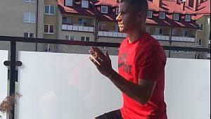 Náchodský fotbalista Petr Schwarz, působící v polské nejvyšší soutěži, cvičí pro čtenáře Deníku.