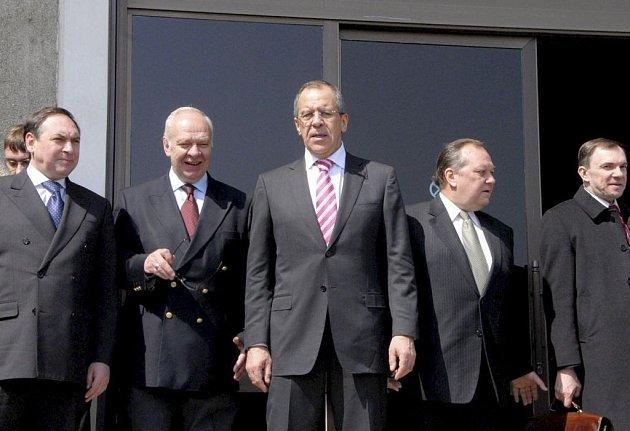 Ruský ministr zahraničí Sergej Lavrov na letišti v Pchjongjangu