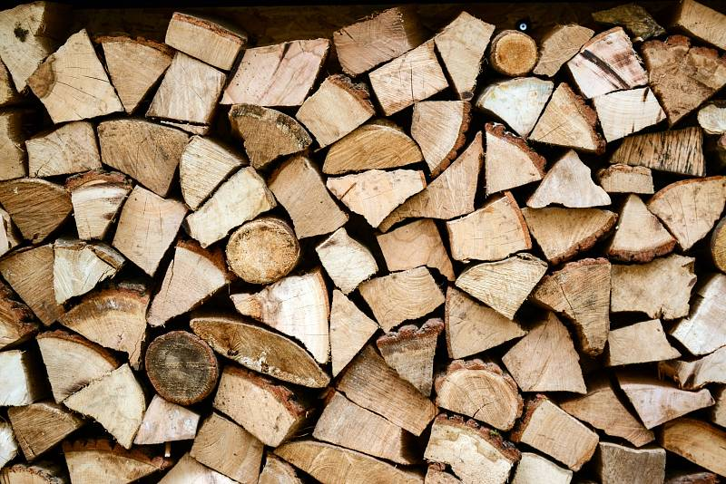 Topná sezona se blíží. Pokud využíváte dřevo a chcete se postarat o jeho přípravu vlastními silami, není času nazbyt. Letošní dřevo byste vlastně už měli mít připravené a soustředit se na zásoby pro další roky.