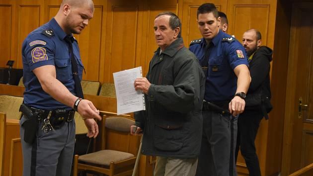 Senior Jaromír Balda čelí obžalobě z teroristického útoku a z vyhrožování teroristickým trestným činem. Podle kriminalistů pokácel dva stromy na železniční tratě a šířil výhrůžné letáky.
