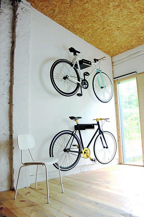 Někdy je třeba to s kolem v interiéru zkoušet a občas něco převěsit, než dokonale zapadne.