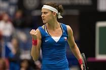 Bojovnice. Lucie Šafářová otočila v semifinále Fed Cupu bitvu s Caroline Garciaovou z Francie.