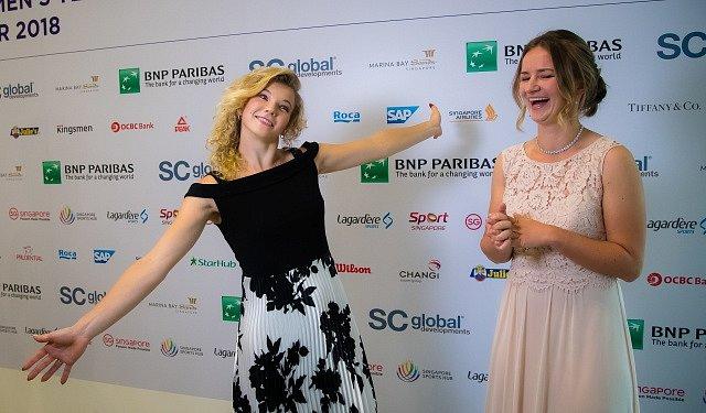 Kateřina Siniaková (vlevo) a Barbora Krejčíková na ceremoniálu před startem Turnaje mistryň v Singapuru.
