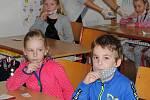 Na 2. ZŠ Sedlčany testují děti prvních a druhých tříd antigenními testy.