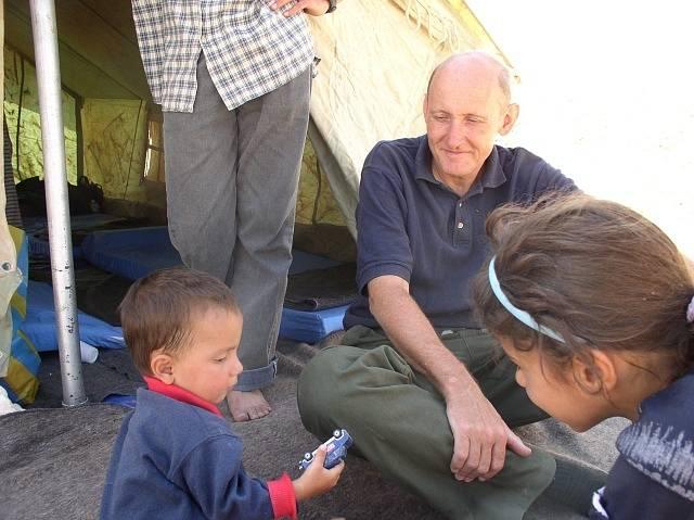 Obětí únosu členů křesťanské organizace CPT se stal Tom Fox (na snímku s dětmi), jehož zabil zřejmě šéf irácké Al-Káidy