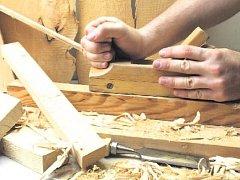 NÁHRADNÍ DÍLY. Kdo se nebojí práce se dřevem, může si k židli vyrobit třeba novou nohu.