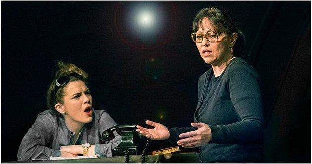 Ungelt, z představení Skořápka (Petra Nesvačilová a Alena Mihulová – vpravo)