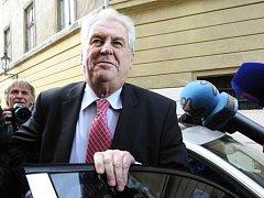 Prezidentský kandidát Miloš Zeman přijíždí 12. ledna odpoledne do svého volebního štábu v Praze.
