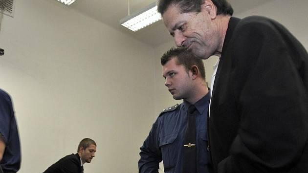 Odpykat si za vraždu šestnáct let ve věznici se zvýšenou ostrahou má podle úterního nepravomocného rozhodnutí trestního senátu Městského soudu v Praze odpykat 53letý Američan Gilbert Feguson McCrae.