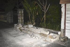 Zřícená zeď po zemětřesení v Japonsku