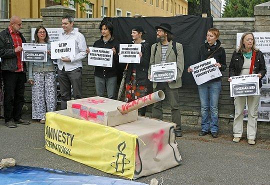 Několik desítek převážně mladých lidí se zúčastnilo protestu před čínskou ambasadou v Praze, kde 4. července zástupci Amnesty International přítomným připomenuli krvavé události na Náměstí Nebeského klidu před dvaceti lety.
