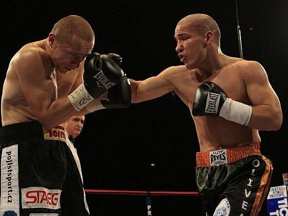 Lukáš Konečný (vlevo) se v Birminghamu stal mistrem Evropy v boxu, když zdolal domácího Matthew Halla.