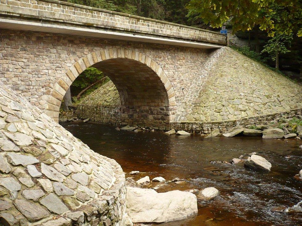 Balvanité řečiště Divoké Orlice v přírodní rezervaci Zemská brána zdobí kromě krásné krajiny i lidské dílo, kamenný most z počátku dvacátého století.
