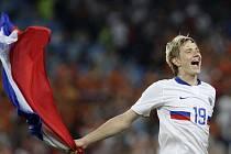 Ruský útočník Pavljučenko slaví postup do semifinále.