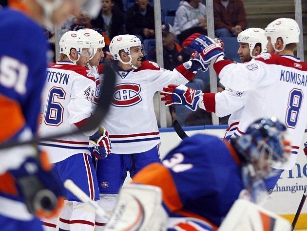 Tomáš Plekanec se raduje se svými spoluhráči z Montralu v utkání s Islanders.