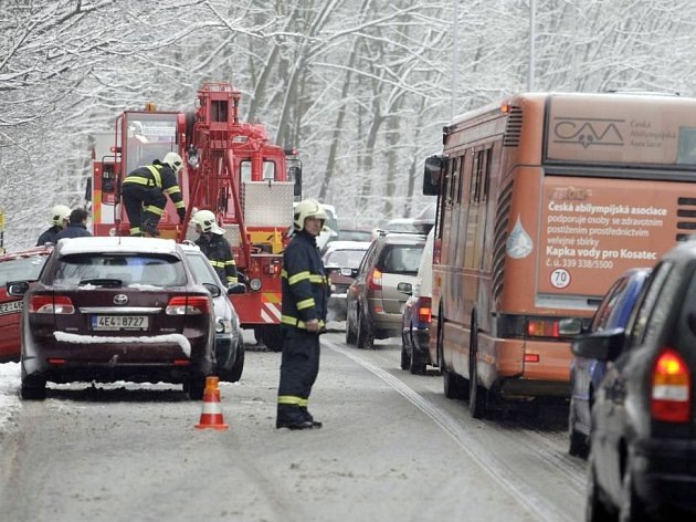 Na kluzké vozovnce u Nemošic v Pardubicích řidička osobního auta nezvládla řízení a skončlia s vozidlem v příkopě. Z nehody vyvázla s lehkým zraněním.