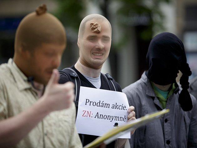 Happening k anonymním akciím, o jejichž zrušení má sněmovna zítra rozhodnout, proběhl 6. května v Praze.