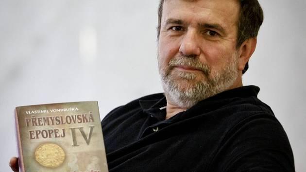 Král básník Václav II. To je čtvrtý a poslední díl Přemyslovské epopeje, kterou v uplynulých letech vydával spisovatel a historik Vlastimil Vondruška.